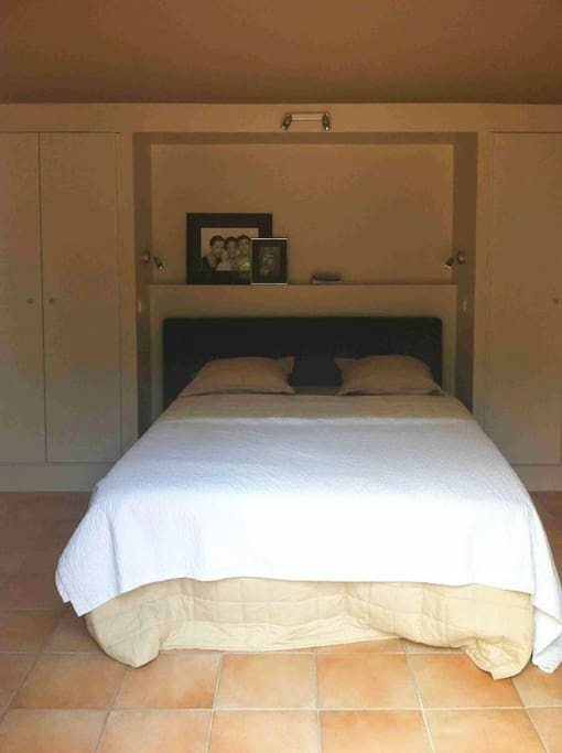 Master bed room Queen size bed, ground floor, direct access to the pool and garden area.
