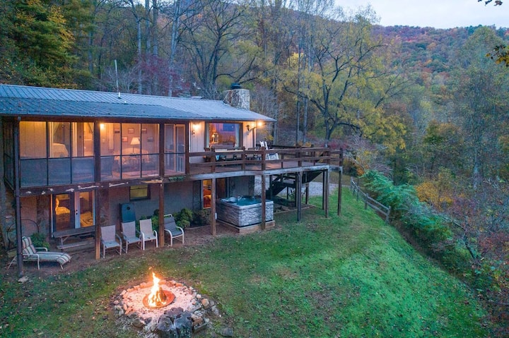 Tree Tops- Comfy Home w/Long Range Views- Hot Tub! Fire Pit! Great Location!