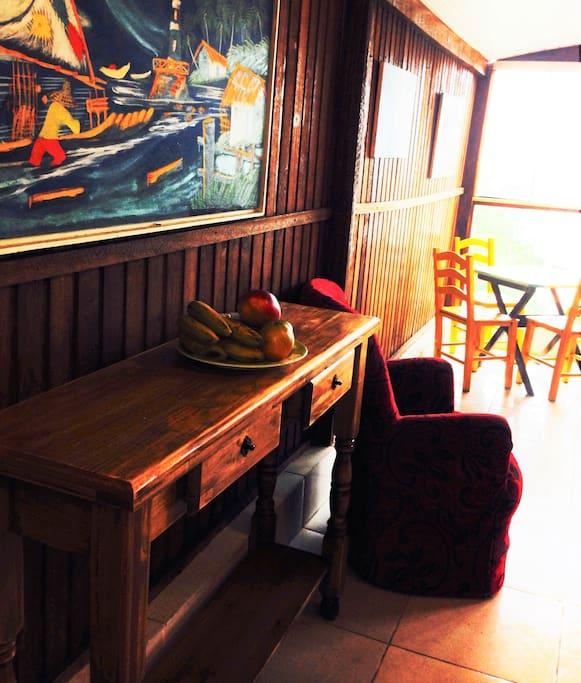 zona de comedor del departamento con balcon