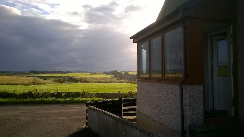 2 bedroomed bungalow, quiet, 4 miles from Thurso