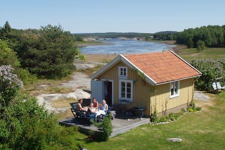 Gamla hönshuset - nu sommarhus. - Strömstad