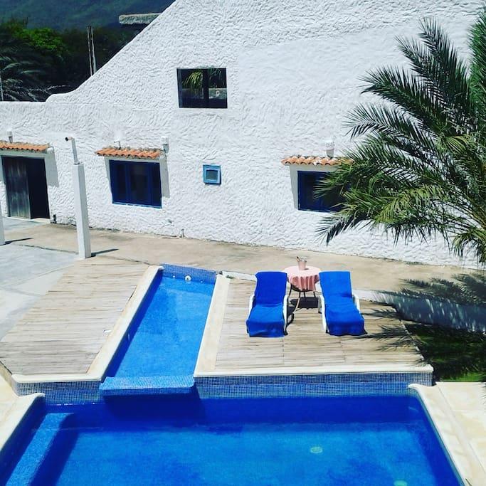Área de piscina con tumbona