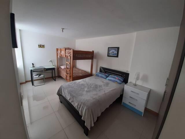 2do cuarto con cmam de 2 plazas y camarote de 1 plaza y media, escritorio con diseño.