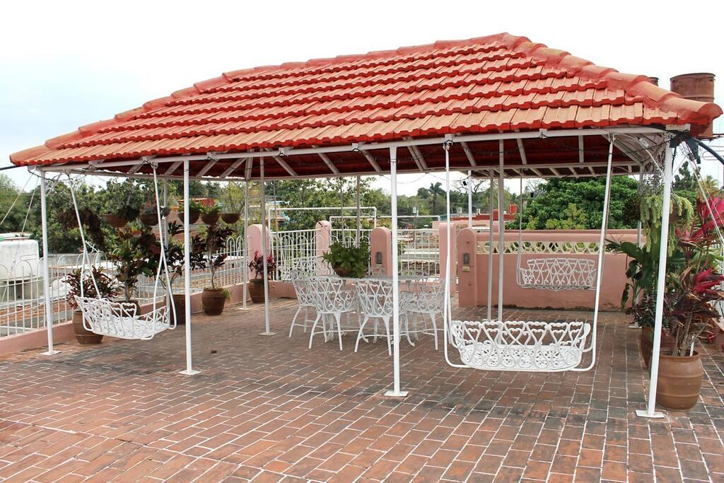 Terraza  amplia que es zona de estar de los clientes.