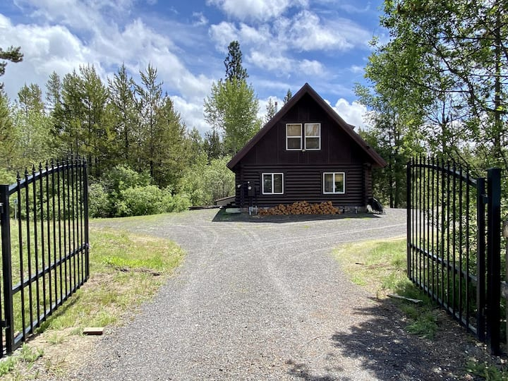 Relaxing 5 Bedroom Log Cabin with Large Backyard