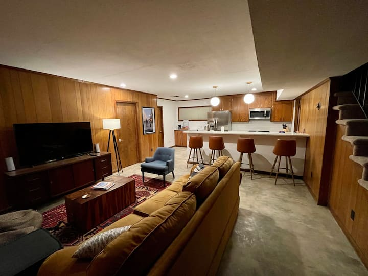Mid Century Room Close to Downtown and Bases