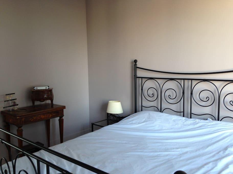 Chambre avec lit double 160cm avec balcon donnant sur jardin