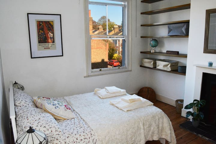Zone 2 near tube. Bright dbl room in Victorian Apt