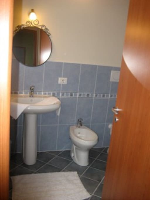 Il bagno con doccia accanto alla cameretta