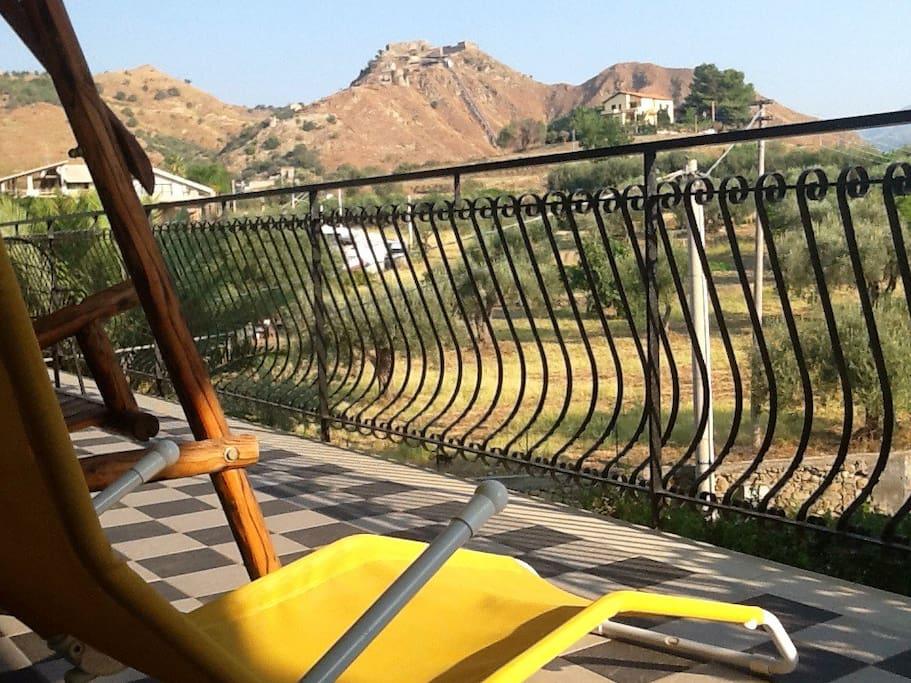 Il balcone...sdraio e arredi da esterno per il massimo del relax...