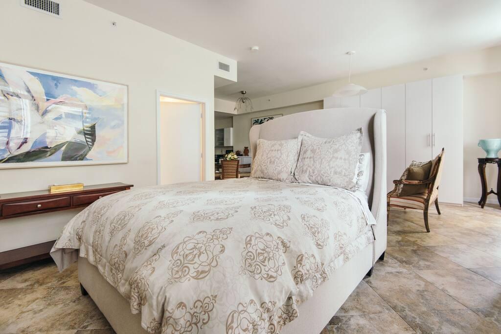 Queen bed w down comforter