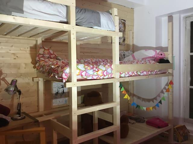 Chambre 3 - lits superposés ( enfants ou adultes) - sur cour au calme
