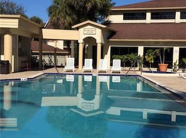 Country Club/Extremely Convenient Location!