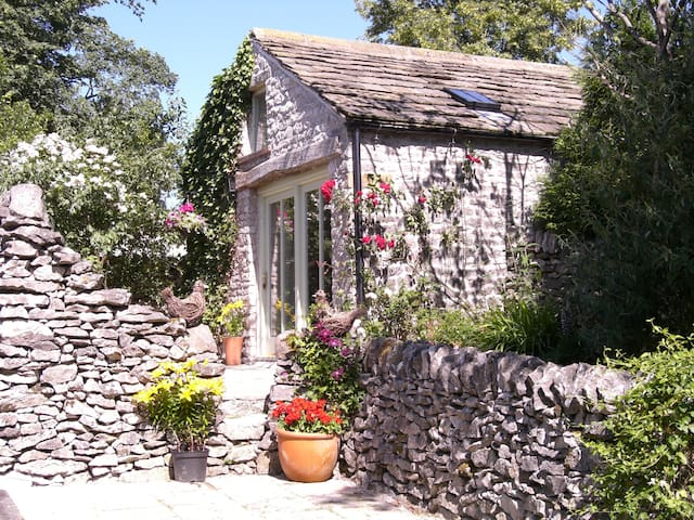 Stylish holiday cottage for two, pet welcome.