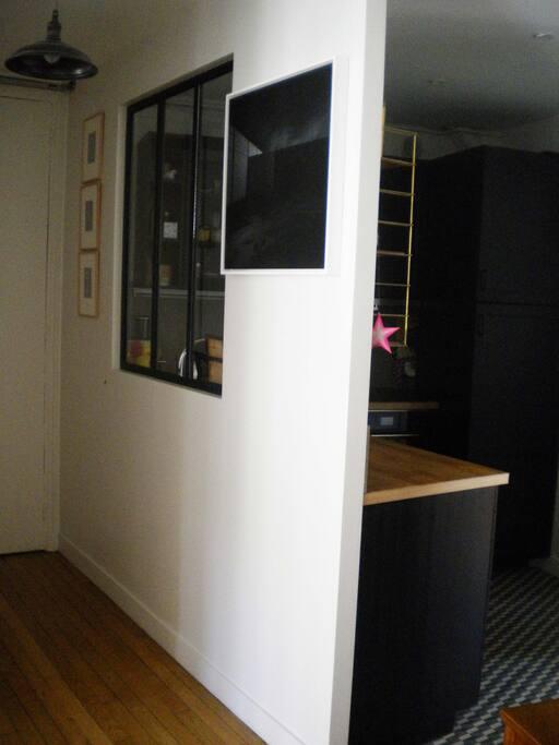 Entrée qui dessert cuisine, chambre et salle à manger/salon
