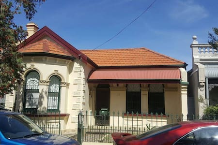 Quiet room in newtown terrace! Close to train - Newtown
