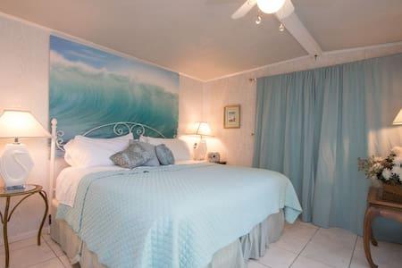Wave Suite/KingBed/PvtBath/No Smok - House