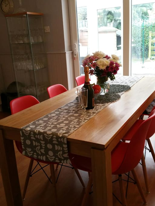 Six seater table and chairs great for entertaining
