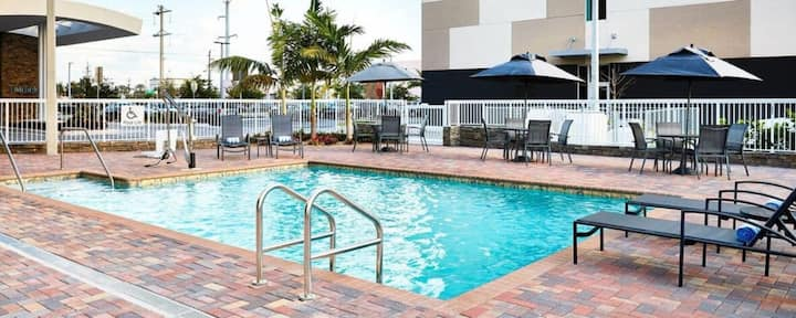 Couple's Getaway! Close to Malls, Airport, Golf