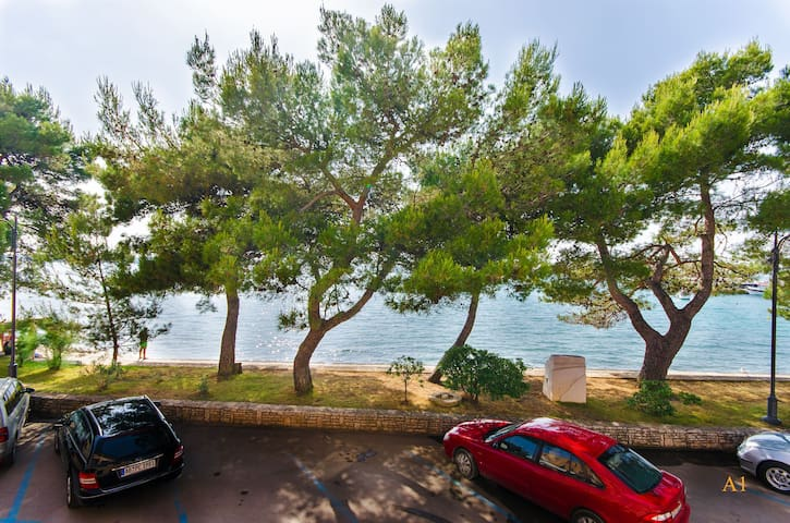 Three Bedroom Apartment, 0m from city center, beachfront in Fazana