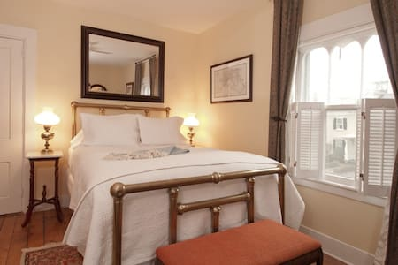 Queen Bedroom Pvt Bath Bfst incl - Newport - Bed & Breakfast