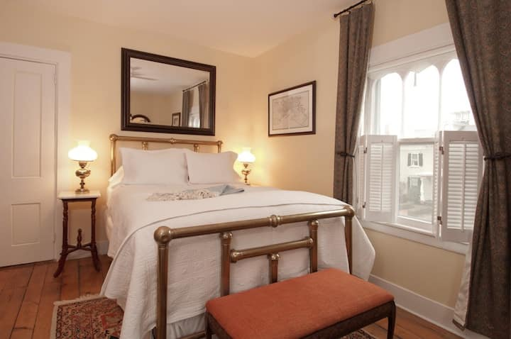 Newport Boutique Hotel Queen Bedroom w/Parking