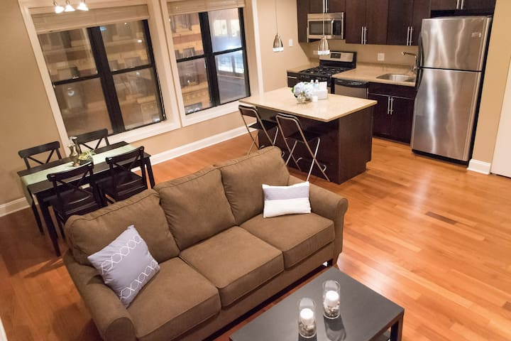 Superhost! Lux Lincoln Park Condo; Free Parking!