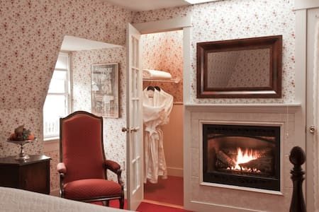 King bed, private bath, fireplace - Newport