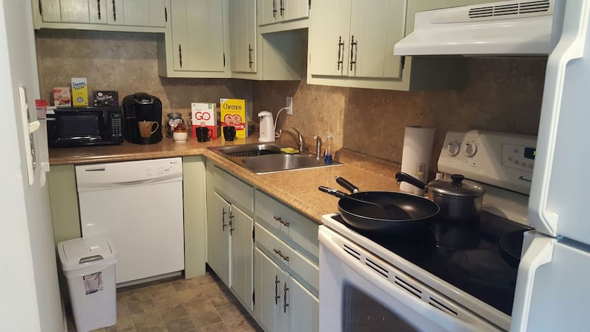 Private Clean and Spacious Room w/free parking