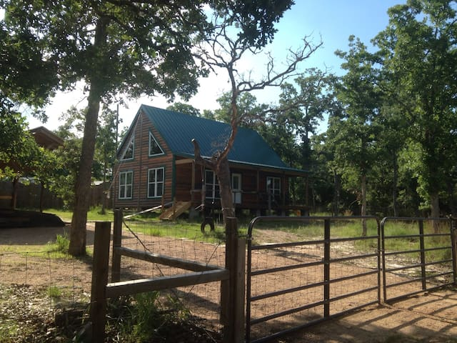 Rustic Cabin Near Lake Somerville
