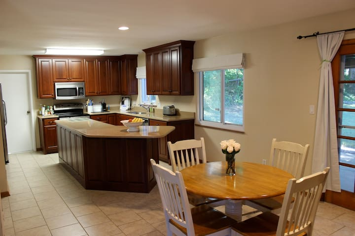 25 minutes to downtown Cleveland in spacious house - University Heights - Appartement