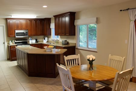 25 minutes to downtown Cleveland in spacious house - University Heights - Wohnung