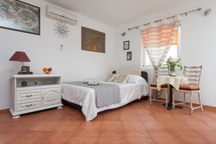 charming studio near the beach  - Ровинь - Квартира