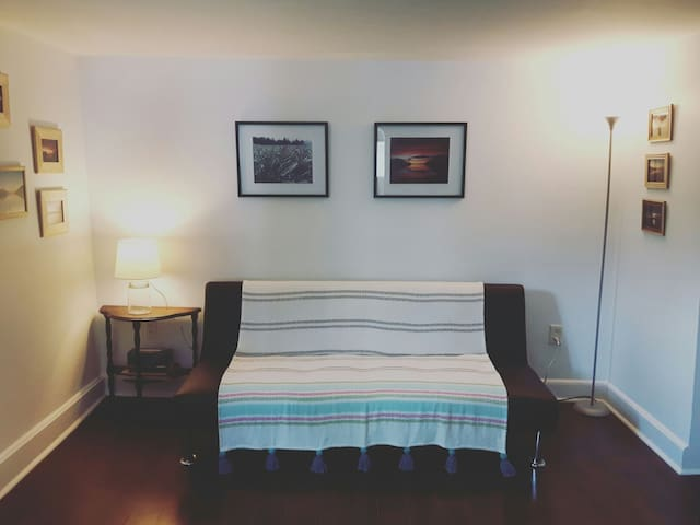 Cute and Cozy 2 Bedroom in a Fantastic Location