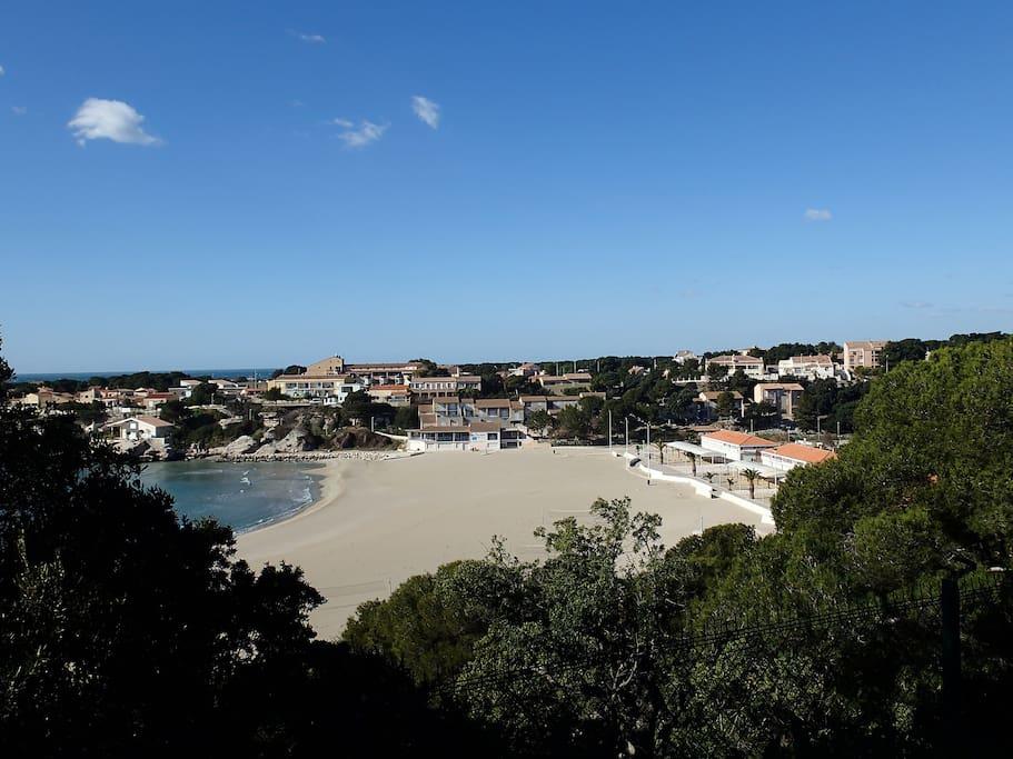La plage la plus proche et ses restaurants...