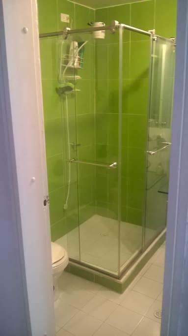 Baño Verde con división en vidrio