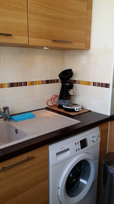 Cuisine et machine à laver le linge. Kitchen with Washing machine