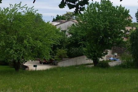 Maison dans un havre de verdure - Chomérac - บ้าน