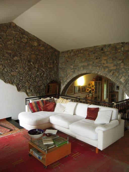 Un grande divano ad angolo che può eventualmente servire da posto letto in più.