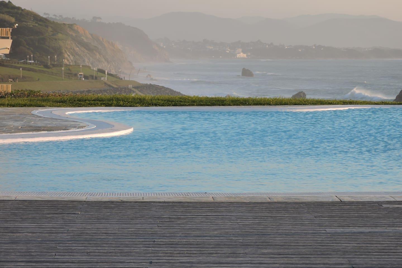 Piscina frente al mar.