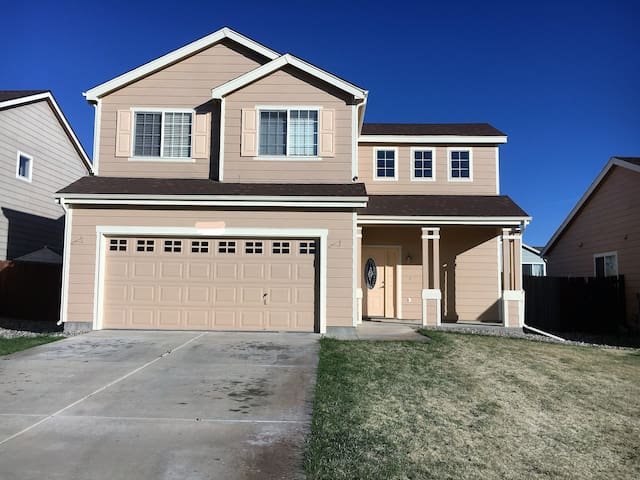 Cozy Home, near COS airport/Ft Carson/Peterson AFB