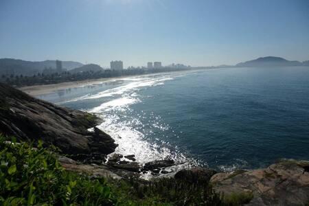 Suíte c/ Ar em Área Nobre - Guarujá
