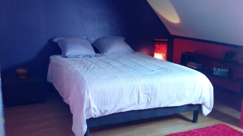 Chambre composée d'un lit double de 160x200 et d'un canapé convertible.