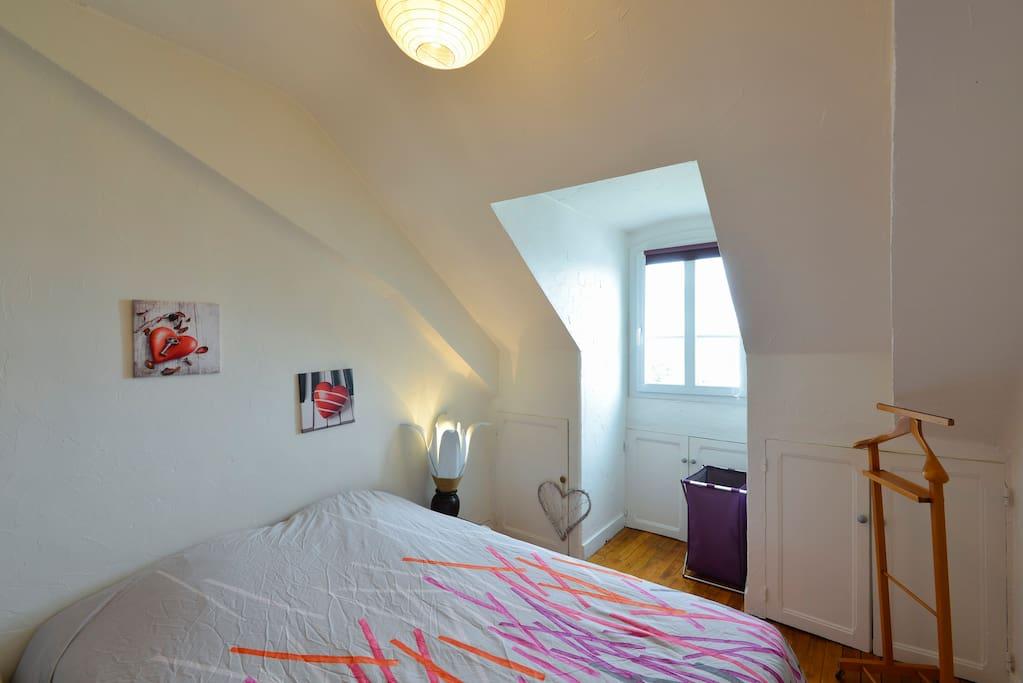 La chambre avec un lit deux places .