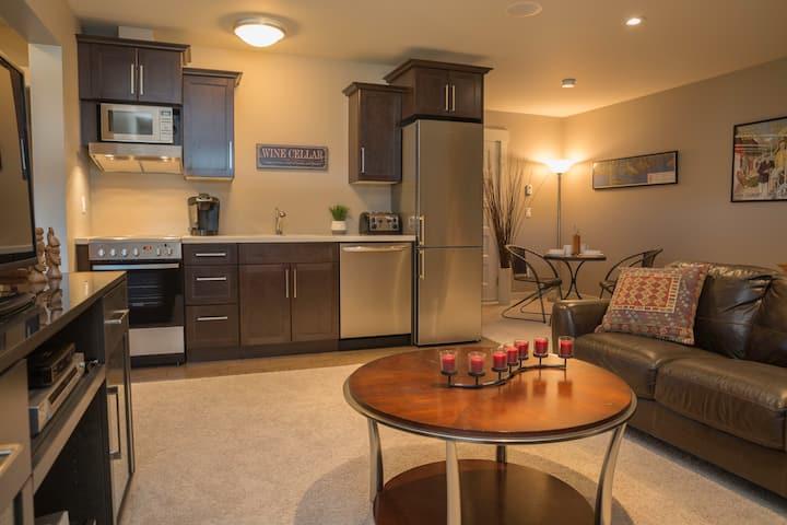Shores Hillside Guest Suite, new 1 King Bedroom