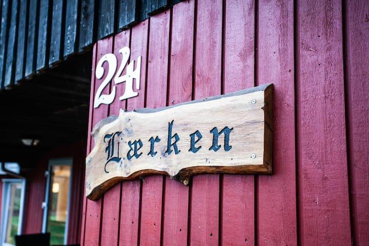 LÆRKEN · Hyggeligt og ugeneret dansk feriehus.