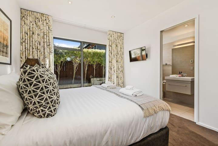 Master bedroom w/en-suite