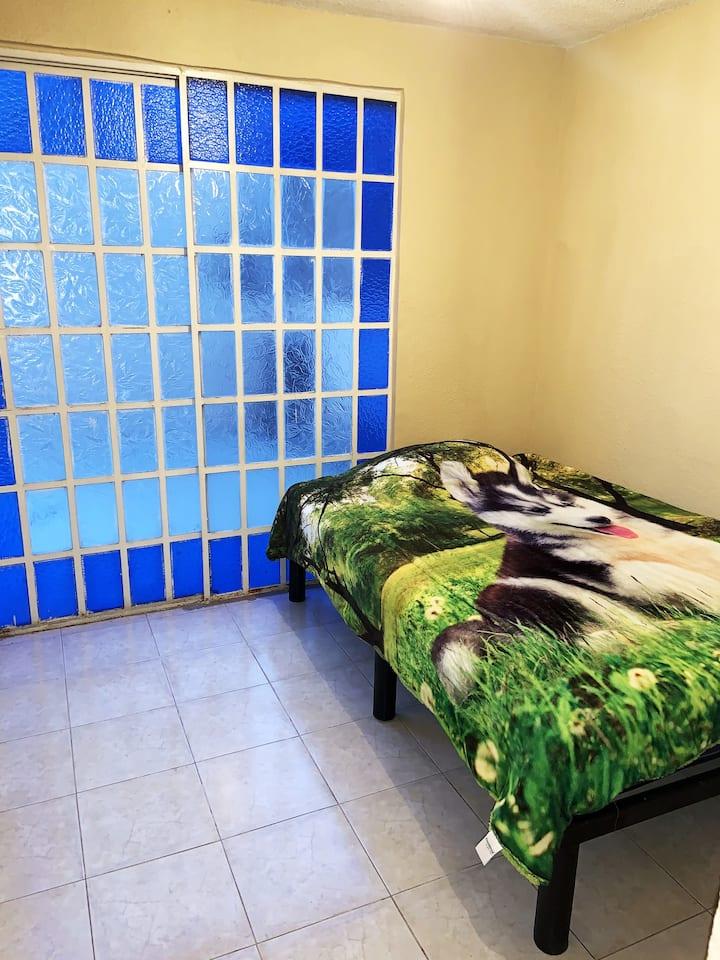 Cómoda habitación amplia, ideal para estudiantes.
