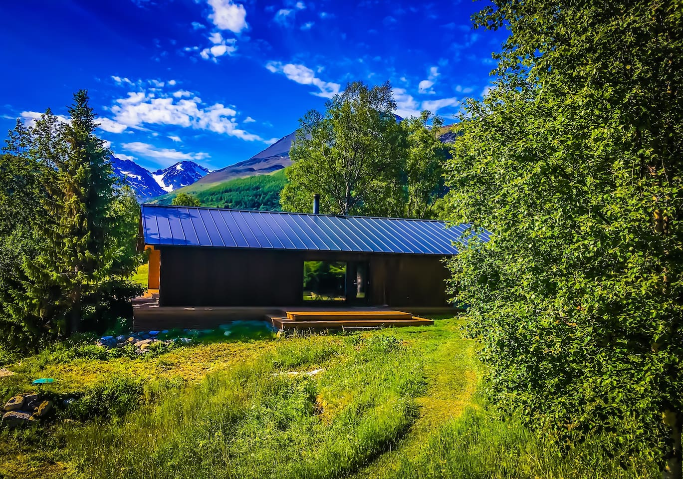Bergly Lodge is located at the foot of the Lyngen Alps