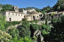 Au cœur du Grand Site de France, le village médiéval deSaint-Guilhem-le-Désertabrite la remarquableabbaye de Gellone, qui rayonnera sur une myriade de cités médiévales, églises, chapelles et ponts sur le chemin de Saint-Jacques-de-Compostel